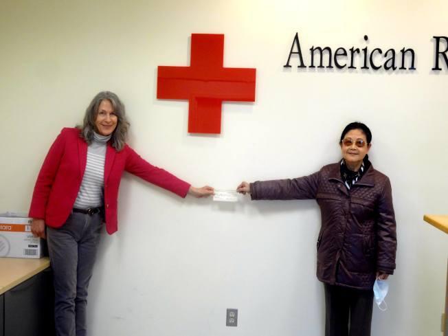 張春華(右)代表聯誼會,向北澤西紅十字會捐款3萬元,由芭芭拉拉•塔迪(左)代表接受。(張春華提供)