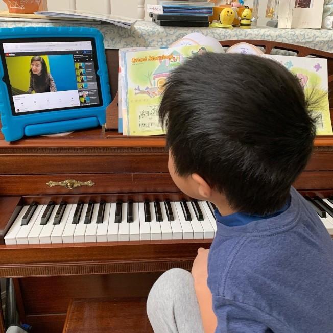 學校停課,讓許多家長都忙著從網路尋找資源讓孩子能夠繼續學習。(Carol Wang提供)