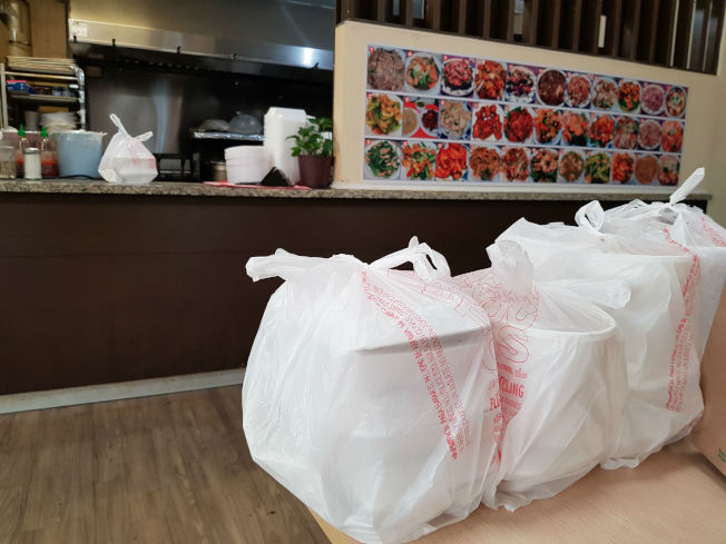 許多城市規定餐廳不能堂吃只能外帶、外送,或得來速。圖為中國城美食廣場內餐廳的餐點等顧客來取。(記者張蕙燕/攝影)