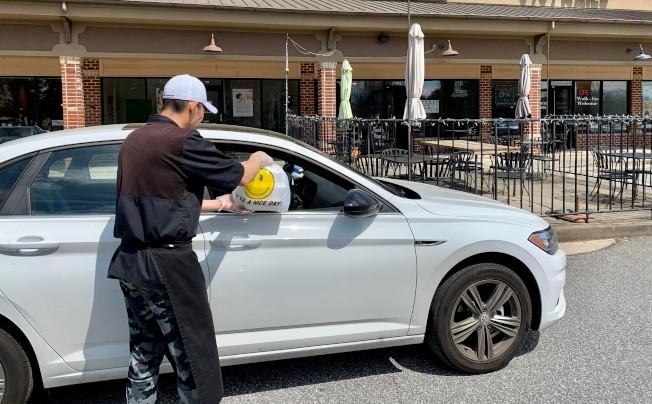 有餐廳推出送餐到車服務,希望以最少接觸程度減低顧客疑慮。(Maggie提供)