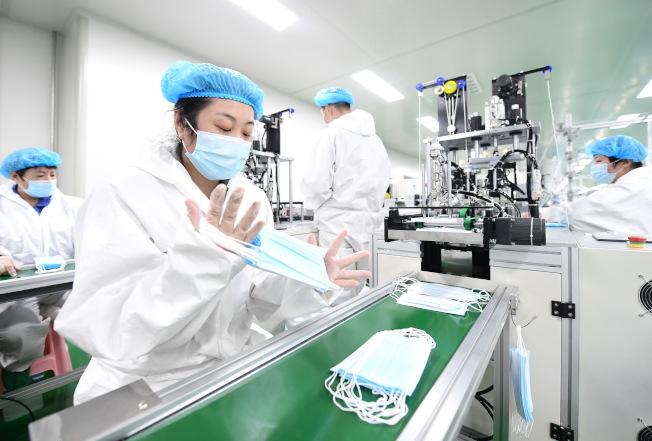 圖為湖北唐山一處口罩製造工廠。(新華社)