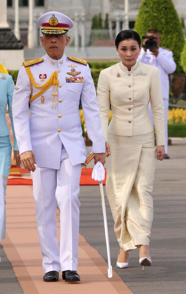泰王瓦吉拉隆功(左)帶著20位妃子入住四星級飯店避疫。圖右為泰王妃素提達。(歐新社資料照片)