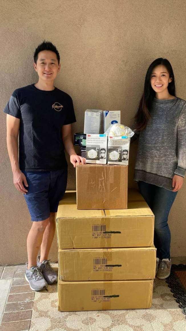Michael Chen和太太Eva Lee與捐贈物資合影。(陳先生提供)
