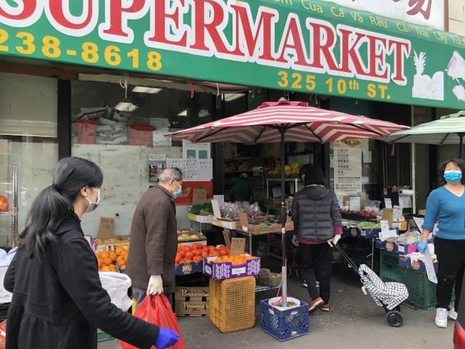 新長江超市東主關太30日說,所謂超市被打劫是徹頭徹尾的謠言,超市29、30日都是正常營業。(記者劉先進/攝影)