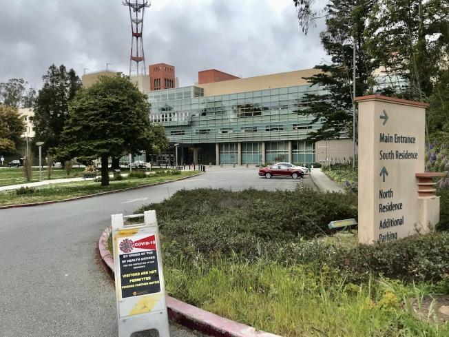 Laguna Honda醫院已經在路口處放置指示牌,警告一般訪客勿於新冠肺炎疫情期間入內。(記者黃少華/攝影)