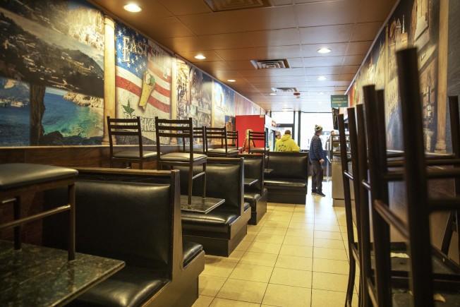 新冠疫情嚴重衝擊,消費停止,小企業難以為繼。財政部長米努勤31日表示,對中小企業紓困貸款可望在4月初展開。圖為在羅德島州普羅維斯登一家餐館擔心疫情持續。(美聯社)