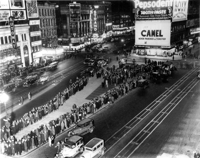 聯準會預測這次新冠疫情將使4700萬人失業,超過「大蕭條」。圖為1932年2月,失業民眾在紐約市時報廣場列隊領取發賑的三明治。(美聯社)