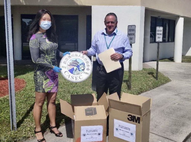 華聯秘書長郭睿(左)和Jupiter Medical Center醫院接受捐贈的代表。(佛州華聯和CASEC提供)