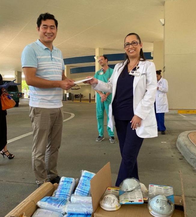 湖北同鄉會會長袁文祥(左)和接收捐贈物資的醫院代表。(佛州華聯和CASEC提供)
