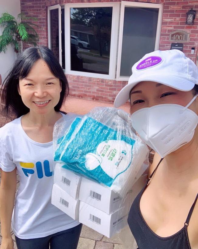 詩蕾翻譯曉琳(左)捐贈100個KN95醫用口罩給CASEC,支持社區抗疫。右為華聯副會長雲李。口罩價值500多元。(佛州華聯和CASEC提供)
