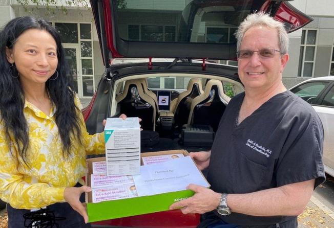 佛州湖南同鄉會會長范小方代表同鄉會捐贈UM醫院價值逾1000美元的口罩。(佛州華聯和CASEC提供)
