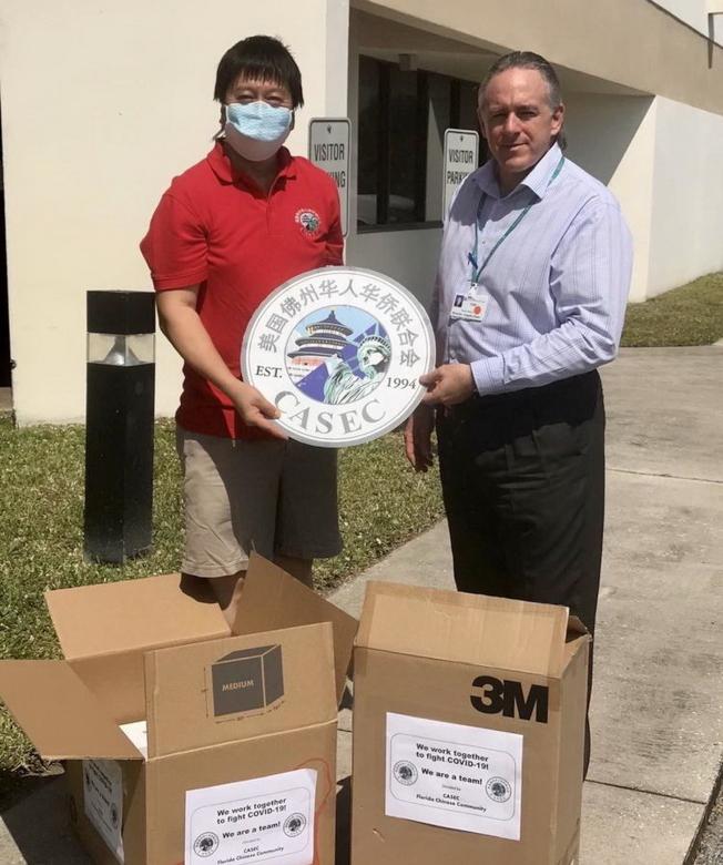 南佛州科技教育文化協會副會長莫煉博士(左)和秘書長兼財務總監郭睿,代表佛州僑界捐贈1100個口罩給Jupiter Medical Center。該醫院有治療COVID-19病人。(佛州華聯和CASEC提供)