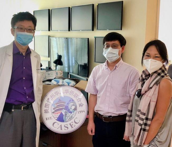 華聯代表佛州僑界捐贈口罩給DuxLink Health,左起醫院代表沈醫生、華聯會長顏耀陽博士、華聯副會長雲李。(佛州華聯和CASEC提供)