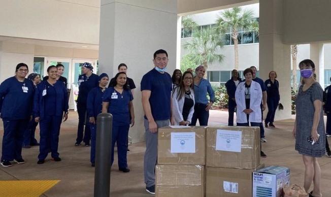 佛州湖北同鄉會會長袁文祥(前左)和理事長方明教授(前右)一起代表部分社團捐贈9千個口罩給Memorial Hospital 。(佛州華聯和CASEC提供)