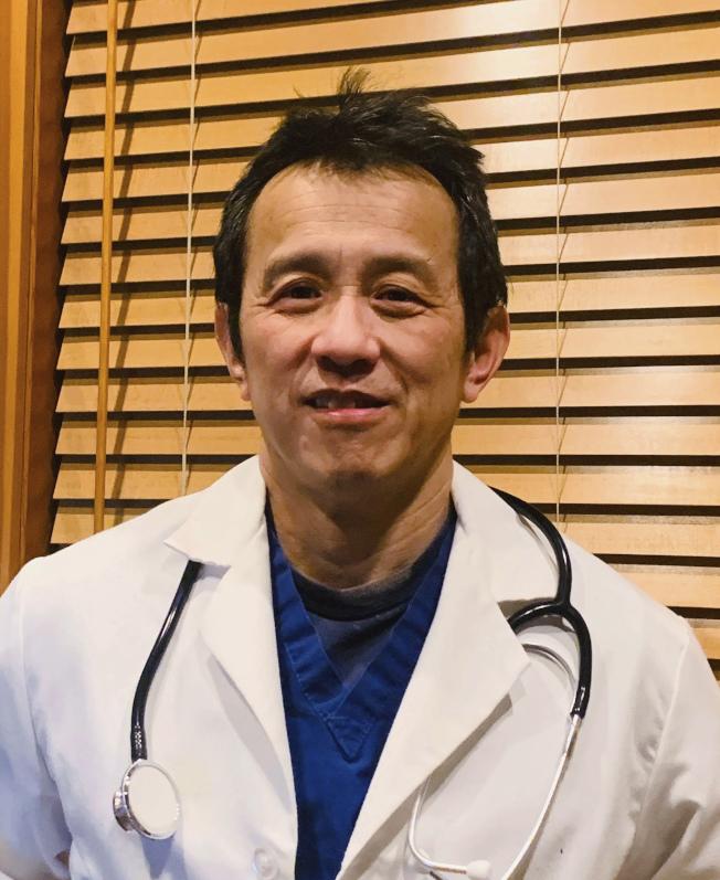 在華盛頓州貝柏靈翰和平健康聖喬瑟夫醫療中心急診醫師林明(Ming Lin,圖),疑因在臉書發文批評醫院沒給重視醫護人員的防疫措施,而被解職。(美聯社)