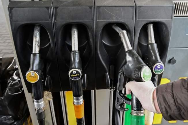 專家指出,加油站的油槍握把、信用卡刷卡鍵盤等物體表面,因為被碰觸的頻率極高,都有沾染病毒的可能,民眾還是不能輕忽自保措施。(Getty Images)