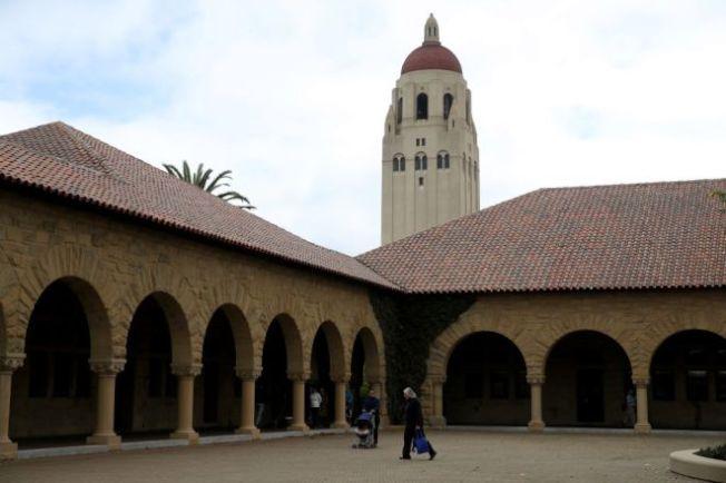冠病毒發威,使名校史丹福只能採網上教學,學生不滿,要求學費減免。 (Getty Images)