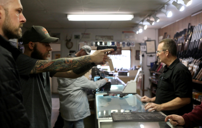 川普政府將槍械店歸類為居家防疫期間必須維持開門營運的重要行業。路透