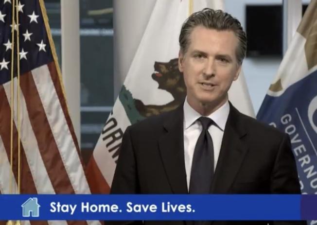 州長紐森呼籲全加州已退休或在學的醫護人員加入抗疫拯救病人。(記者李秀蘭截圖)