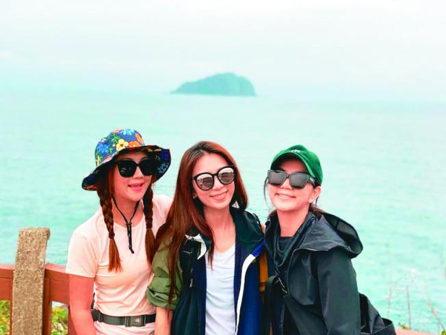 Hebe(中)過37歲生日,與好姐妹Ella(右)、Selina(左)爬山慶祝。(取材自臉書)