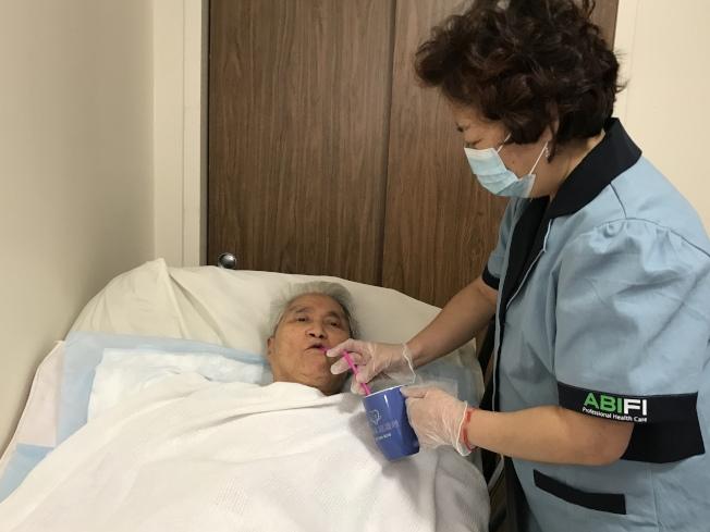 吳玉梅希望護理公司能為護工提供防護用品,在非常時期保證護理員以及患者的安全。(吳玉梅提供)