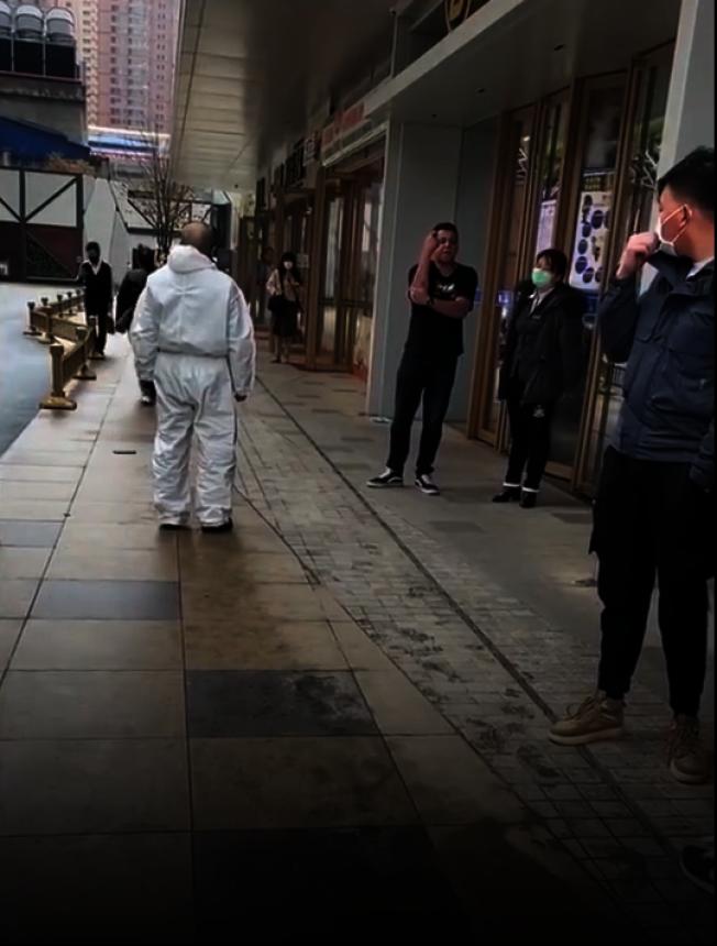外籍男子(中)在西安市南飛鴻廣場拒絕戴口罩,並且侮辱、攻擊商場防疫人員。(視頻截圖)