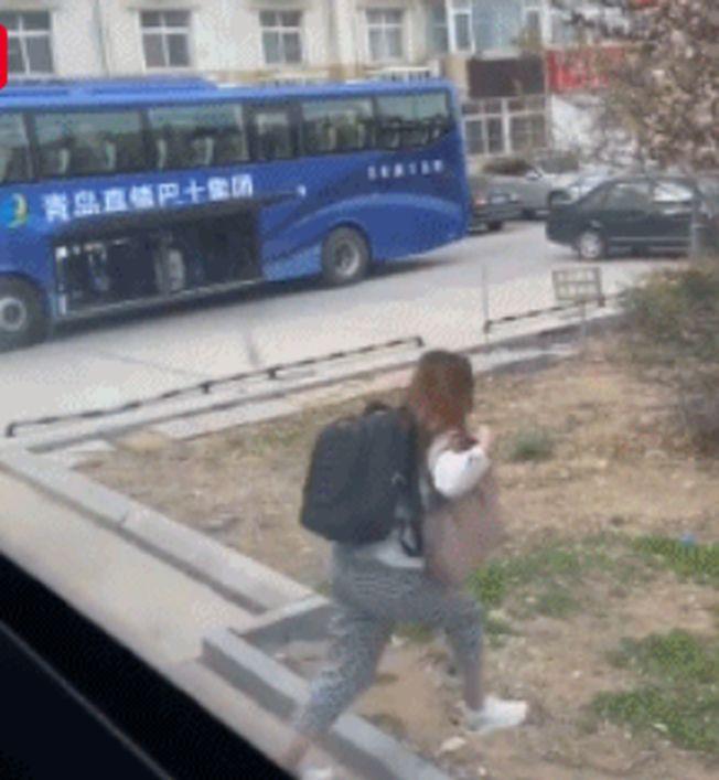 入境留學生跳窗逃跑。(視頻截圖)