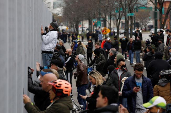 圍觀「安慰號」抵港的群眾未遵守社交距離規定,導致警方介入疏散群眾。(路透)