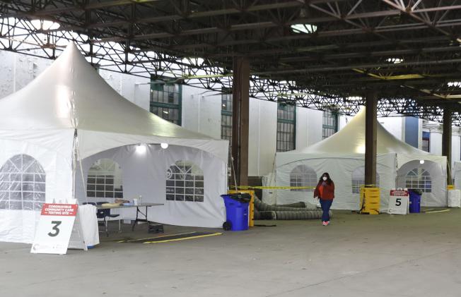 密西根州的新冠疫情逐漸嚴重,州府在底特律市內建立臨時醫院,準備收納暴增的新冠肺炎病人。(美聯社)