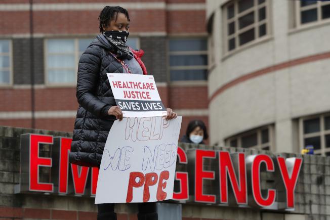 紐約市成為全美新冠肺炎的重疫區,不久前一名護士死於新冠肺炎,讓醫護群體起而抗議保護設備不足。圖為紐約市布朗士區雅可比醫院的示威護理人員。(美聯社)