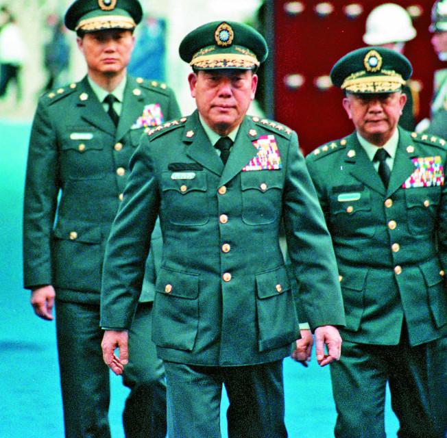 郝柏村(中)在八年參謀總長任內,大力推動國軍武器自製。本報資料照片