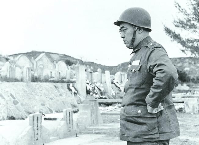 八二三砲戰後,郝柏村在小金門憑弔砲戰中捐軀的袍澤。圖/郝柏村提供