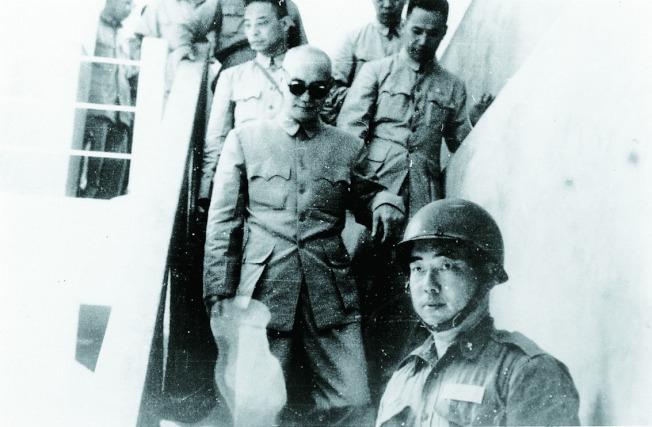 一九五八年八月廿日,台海緊張,蔣中正到小金門巡視,前方是郝柏村,三天後砲戰爆發。圖/郝柏村提供