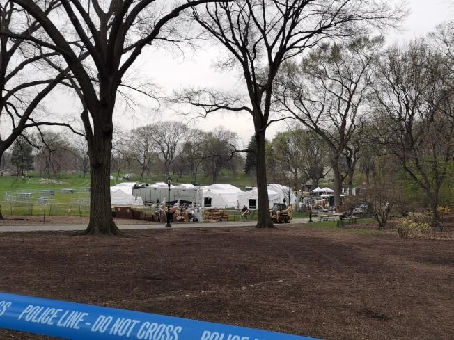 全美四分之三民眾都奉命居家避疫,避免外出。圖為紐約市曼哈頓西奈山醫院旁的中央公園東草坪,31日陸續搭設有68床位的臨時醫院。(記者張晨╱攝影)