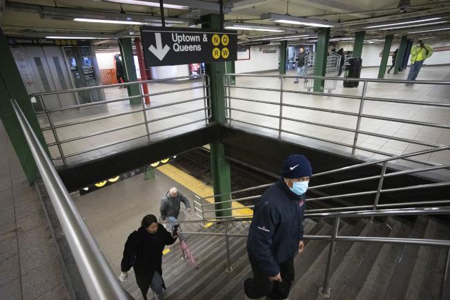 仍有一些紐約市民,沒法居家避疫,只有勇搭地鐵上工。(美聯社)