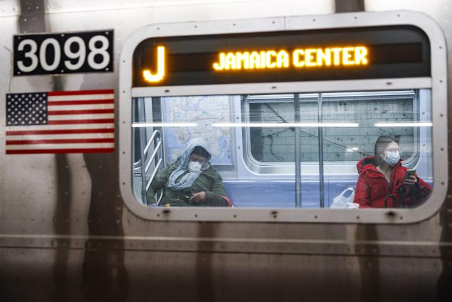 仍有不少紐約市民,沒法居家避疫,只有勇搭地鐵上工。(美聯社)