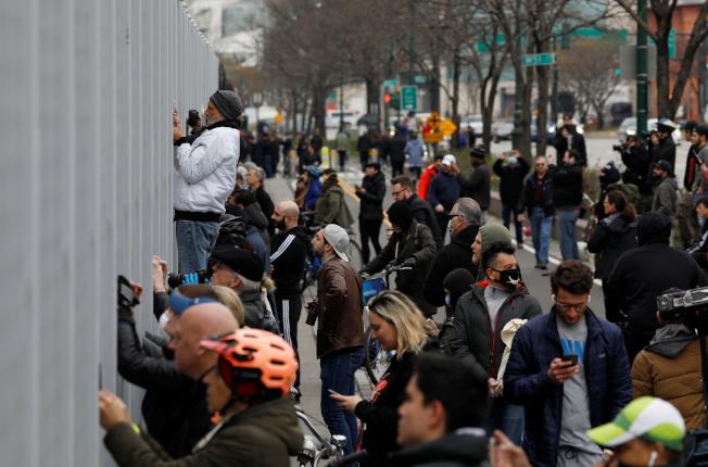 海軍「安慰號」竄軍醫艦30日抵達紐約港。引起紐約市民全然忘記保持「社交距離」的鐵律,令人擔心社群傳染又再發生。(路透)