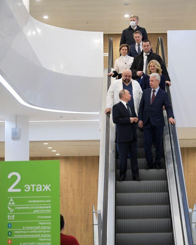 普亭25日視察莫斯科科蒙納爾卡醫院,身後穿白衣的院內首席醫師普羅岑科近日確診新冠肺炎。(Getty Images)