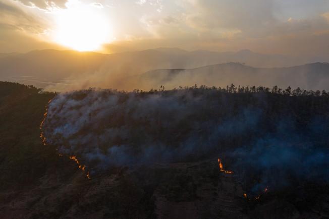 中國四川省涼山州西昌市30日發生森林大火,已造成18名消防人員和1名嚮導死亡、3人受傷。圖為用無人機拍攝的森林火災現場。新華社