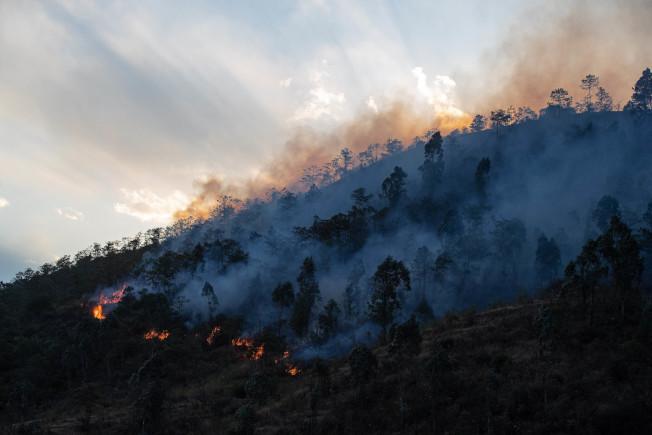 中國四川省涼山州西昌市30日發生森林大火,已造成18名消防人員和1名嚮導死亡、3人受傷。圖為森林火災現場。新華社