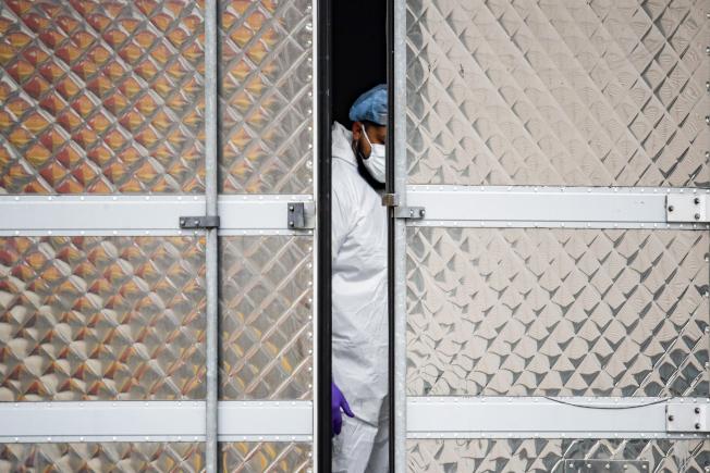 紐約州共有超過1000名養老院住戶確診感染新冠病毒,至少有179名養老院病患已經因為新冠死亡,圖為31日一名紐約醫護人員。(美聯社)