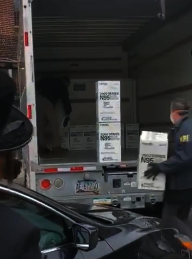 FBI專員充公菲爾德海姆私藏的大批醫療物品。(視頻截圖)