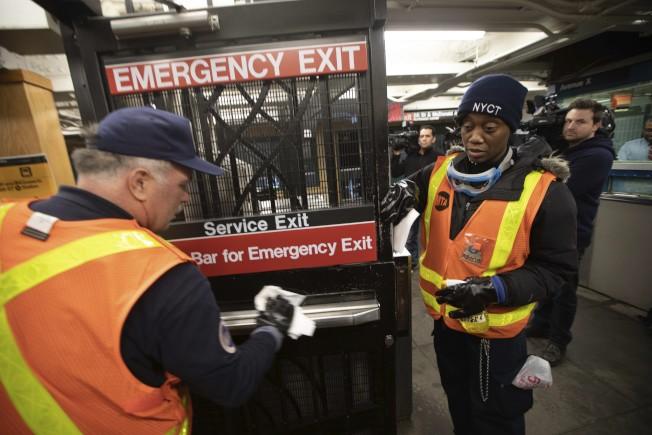 圖為MTA員工。美聯社