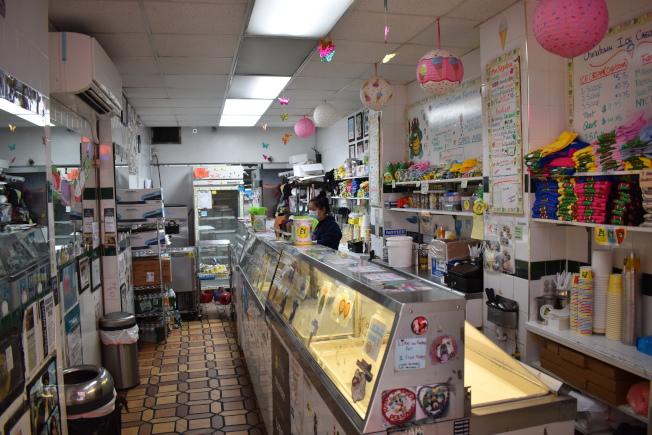 華埠雪糕行因疫情影響在歇業一周後,於近日又再度重新營業,希望在這樣的時期帶給社區一絲希望和快樂。(記者顏嘉瑩/攝影)