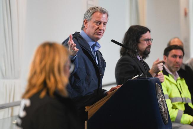 紐約市長白思豪31日表示,4月5日將成為下一個暴增分界線,已再次要求白宮增援醫療人員,仍等待回覆。(市長辦公室提供)