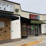疫情下商家照常營業 怕被搶門窗加木板