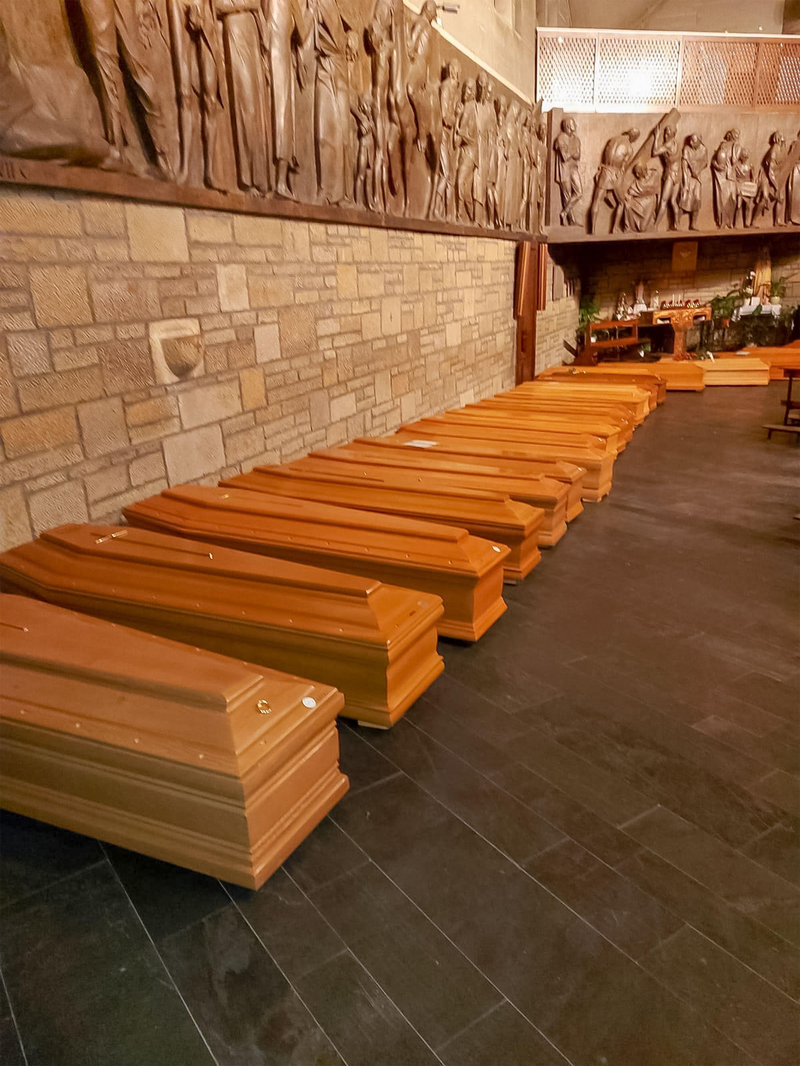 義大利新冠肺炎死亡人數超過中國公布人數,圖為義大利北部柏加莫一家殯儀館擺放的棺木。(Getty Imagees)