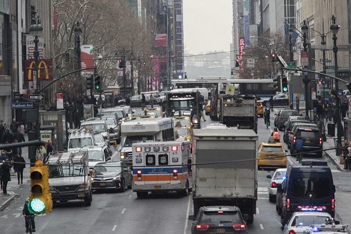 曼哈頓中城10日早發生一起以新型冠狀病毒為由的辱罵毆打案件,一亞裔女子因未佩戴口罩遭到言語及肢體攻擊。(美聯社)