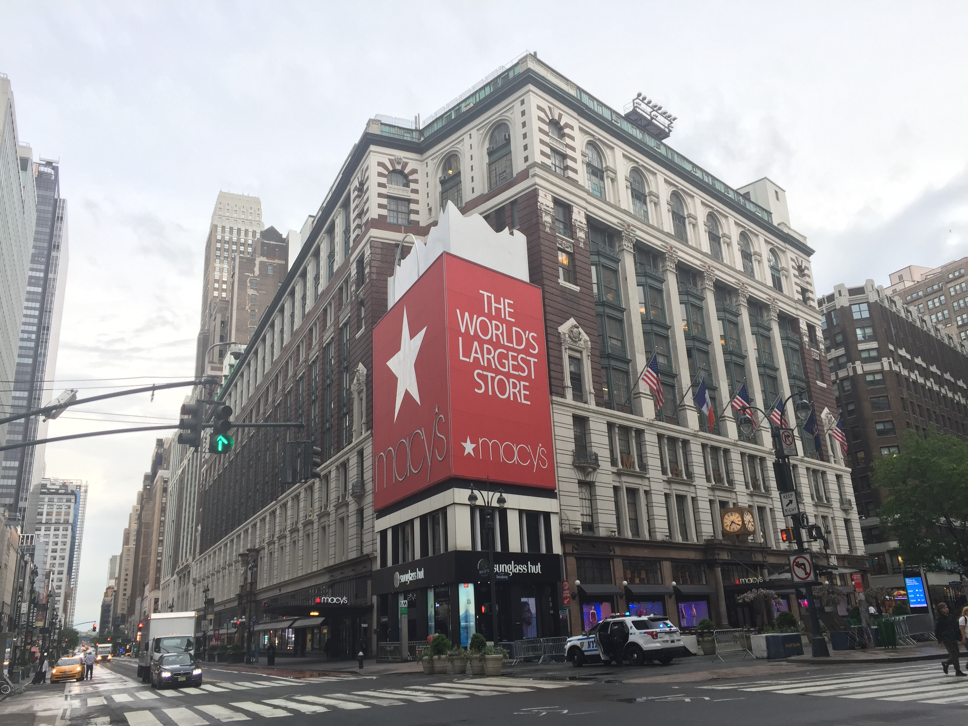 新冠肺炎重創業務,全美最大的梅西百貨集團要求幾乎所有員工放無薪假。圖為位於紐約市的梅西百貨本店。記者張宗智/攝影