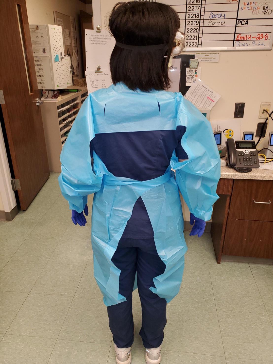 Kate謝說,他們現在穿的防護服,只是一般的手術衣,包括背後、脖子、腳部均暴露在外。(Kate謝提供)